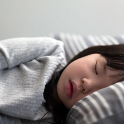 Petite fille qui dort en portant les lentilles ortho'k